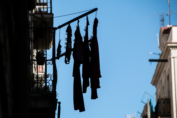 Mueve el viento la ropa tendida. Banderines de oración budista. Brisa que trae la buena fortuna.